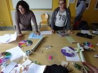 prof et élève devant table de création des boite.JPG